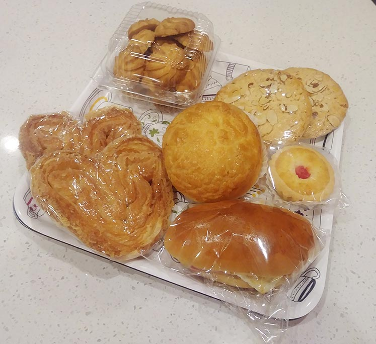 The mouth-watering displays that the customers were left to squeeze in and out. The cakes that can beckoned  anyone in and the aroma of fresh baked cookies and bread can took passerby by the hand and lead them inside